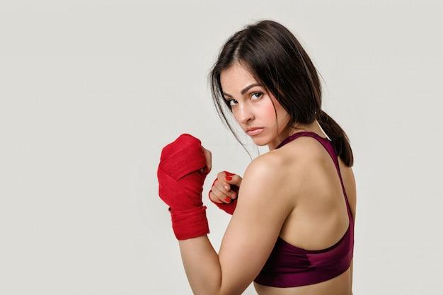 手首に赤いストラップで美しい女性のボクサー。
