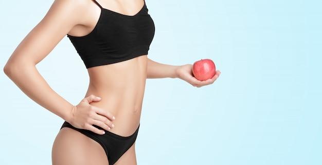 赤いリンゴと美しい若い健康な女性