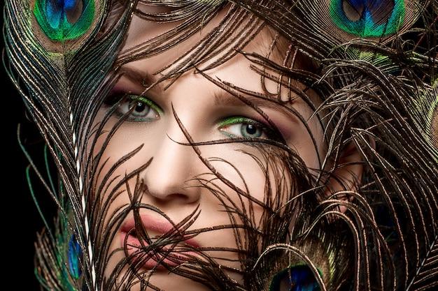 明るい化粧と孔雀の女の子