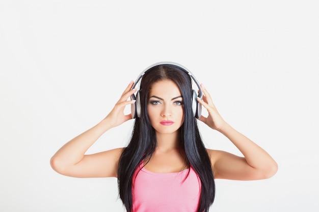 ヘッドフォンを持つ女性