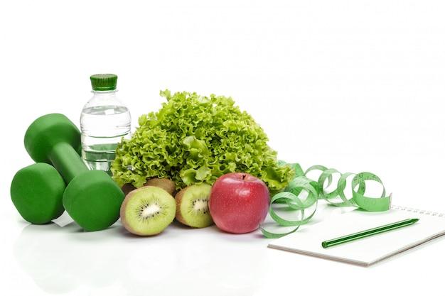健康的な食事、ダイエット、デトックス。ダンベル、キウイ水