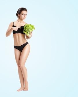 サラダの葉で健康な女性
