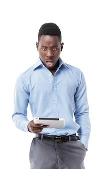 Афро-американский бизнесмен с цифровым планшетом