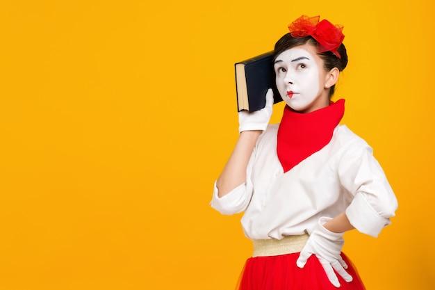 本とパントマイムの女性アーティストの肖像画