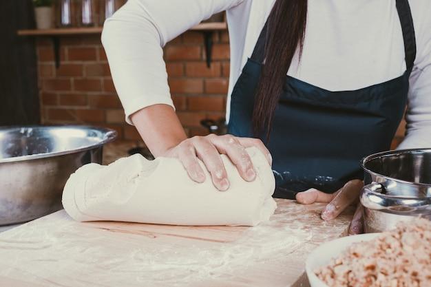 台所でお菓子の女の子。