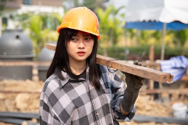 建設労働者は新しい家を建てる