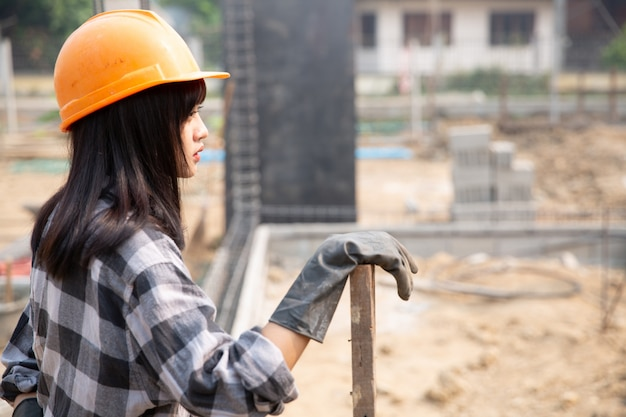 Строители строят новые дома