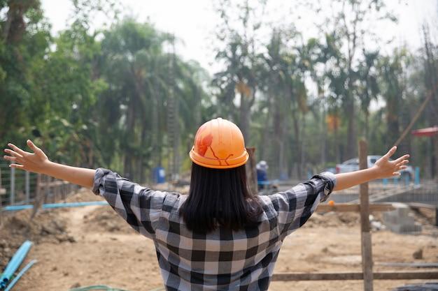 Счастливый строитель и работа. портрет удовлетворены каменщика с копией пространства.