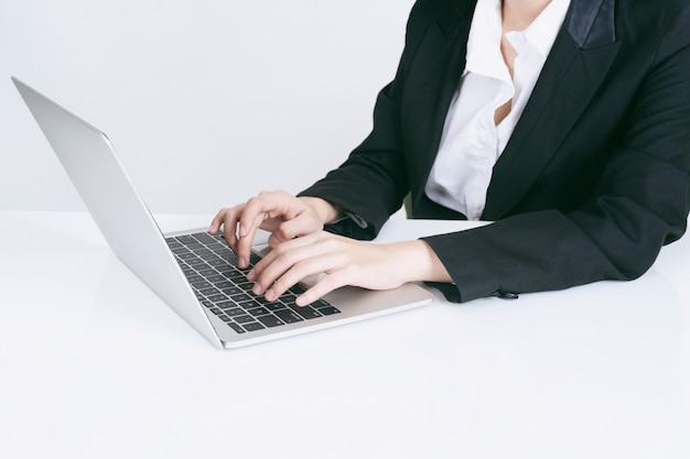 オフィスの机の上にラップトップコンピューターを使用してライフスタイルビジネス人々