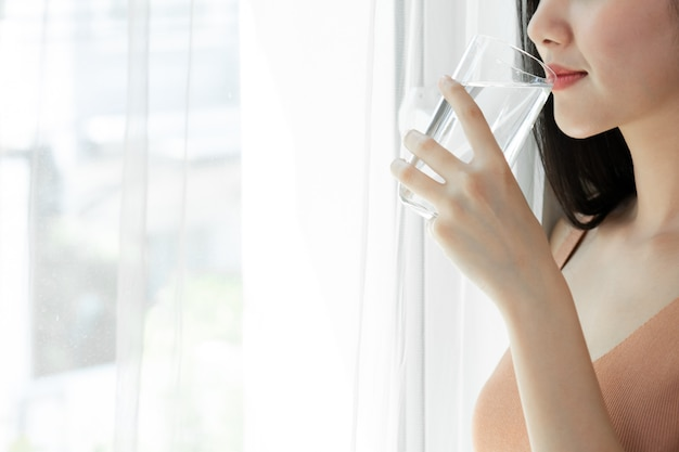 Крупным планом красоты женщина азиатская милая девушка чувствовать себя счастливым пить чистая питьевая вода для хорошего здоровья по утрам