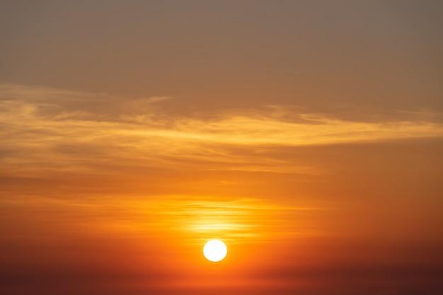 美しい空の夕日、太陽と雲風景の自然の背景