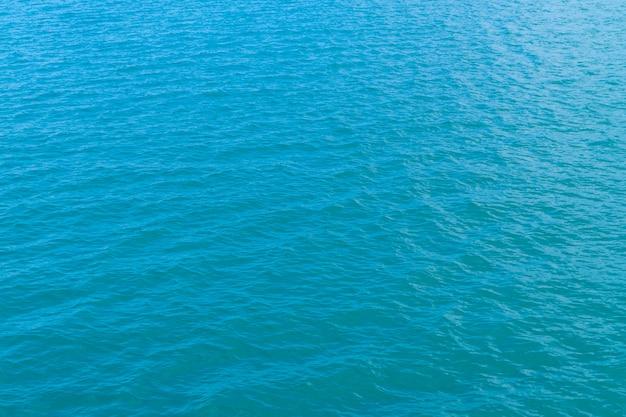 海の水の背景テクスチャで抽象的な青い水