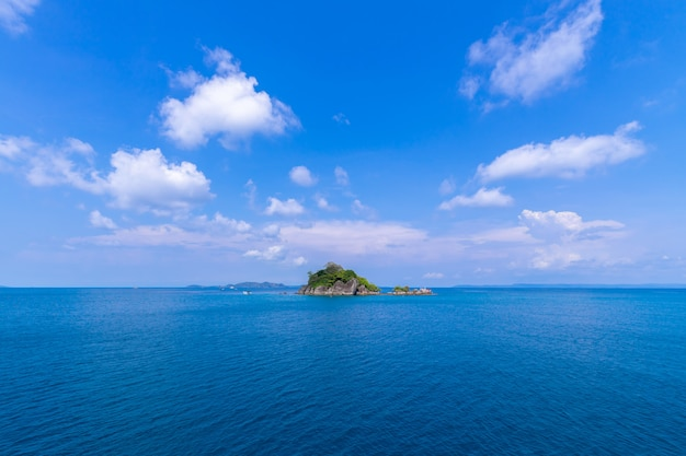 Красивый вид на пляж остров ко чанг морской пейзаж в провинции трад, восточной части таиланда, на фоне голубого неба