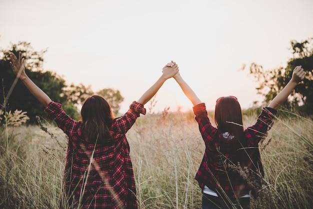 Две подружки битник подростки с удовольствием в поле. женщины концепция образа жизни.
