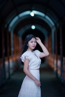 Молодая красавица женщина в белом платье ночника