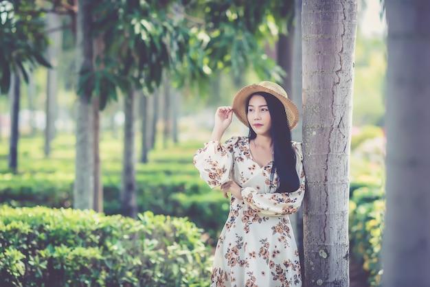 草の流行に敏感な若い女性の夏の肖像画