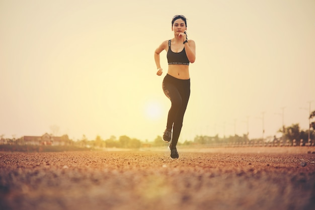 若いフィットネス女性ランナー