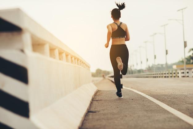 Молодой бегун фитнес женщина