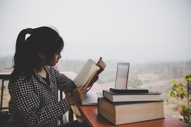 カフェ、本、読書、コーヒーの若い女の子