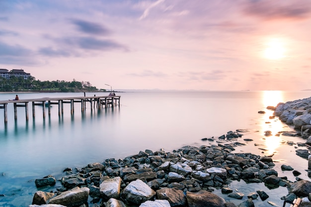 ドックと夕暮れの長時間露光で海で桟橋