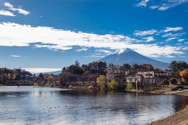 Гора фудзи осенью на озере кавагутико, япония