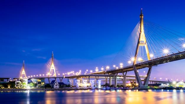 タイ、バンコクの川に架かる巨大な橋