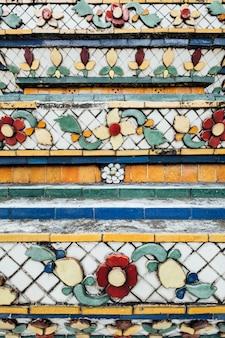 タイ、バンコクの寺院のテクスチャ壁