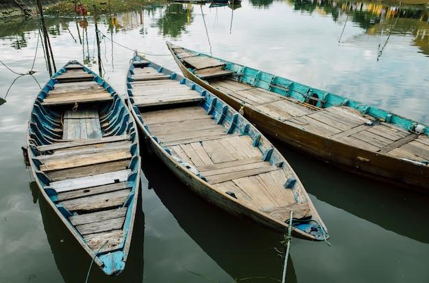 ホイアン、ベトナムの川沿いの木造船
