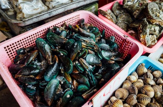 ムール貝と他のアサリの市場