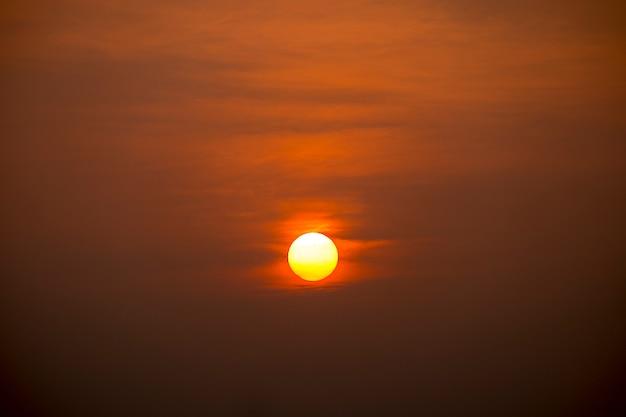 夕暮れの巨大な太陽