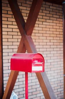 赤いメールボックスポストボックスと中の手紙