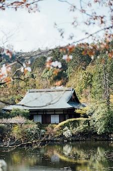 伝統的な日本のホームスタイルとプール