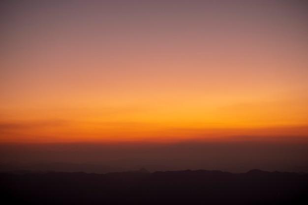 タイの頂上の夕日と夕暮れ