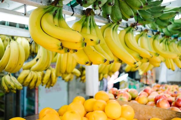 市場にぶら下がっているバナナ