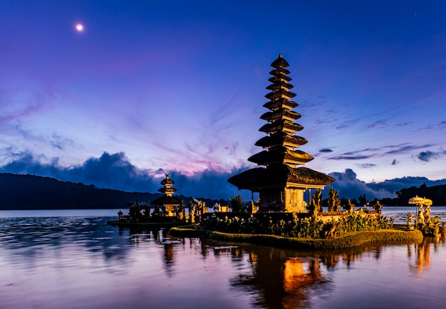 Бали пагода в восходе солнца, индонезия