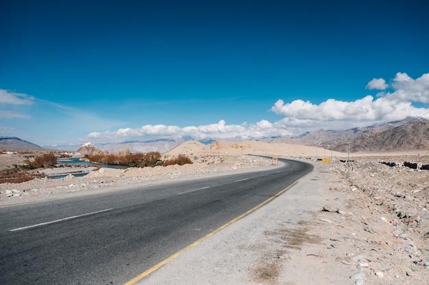 Дорога и голубое небо в лех ладакх, индия