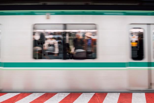 Движение синего движения поезда на станции