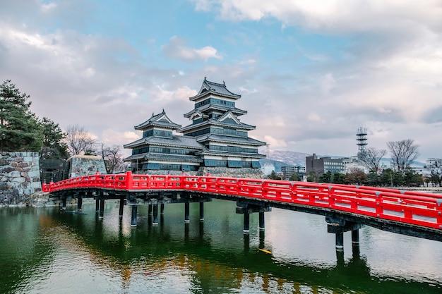 Замок мацумото в осаке, япония