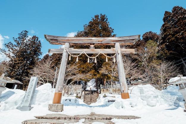 雪景色の中の日本鳥居門入口神社