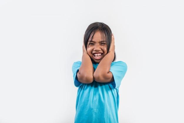 スタジオ撮影で怒っている女の子
