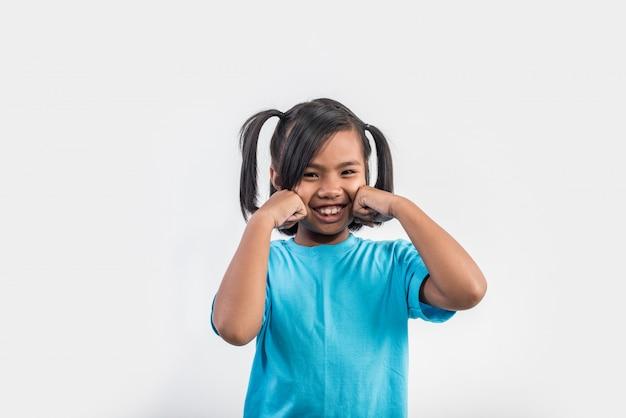 スタジオ撮影で演技面白い少女の肖像画