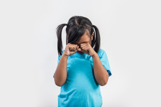 スタジオ撮影で泣いている悲しい少女