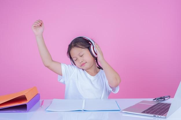 Девушки пишут книги на розовом фоне.