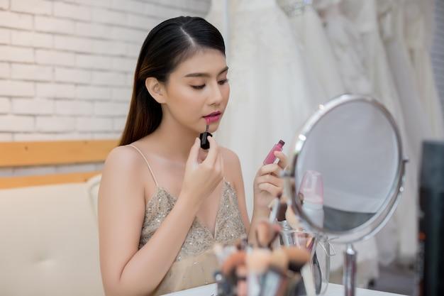 Красивая женщина лицо и рука макияжа