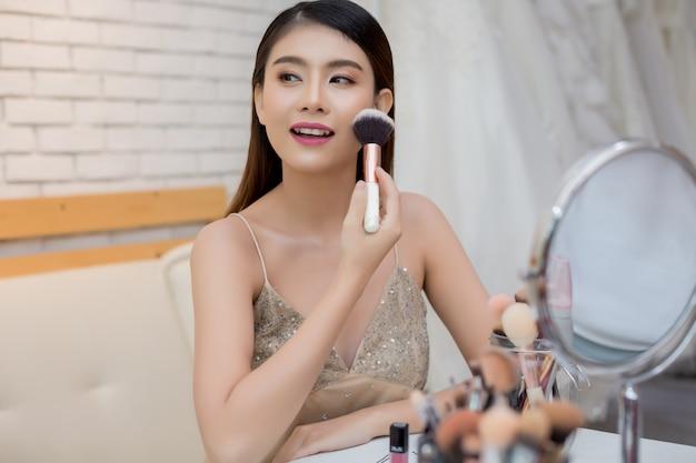 美しい女性の顔と化粧の手