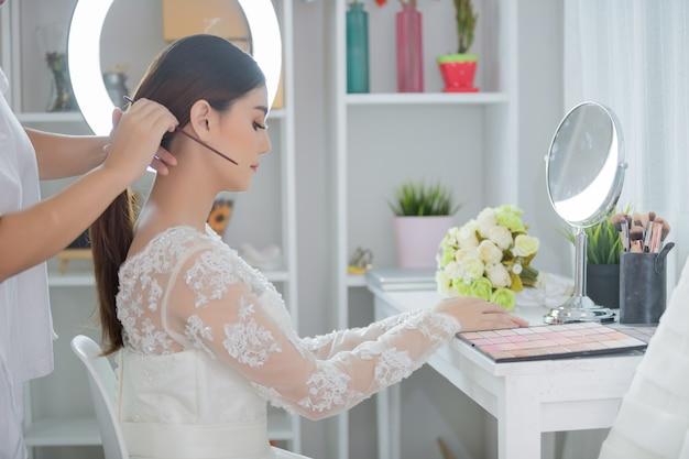 花嫁はドレスで髪を作る