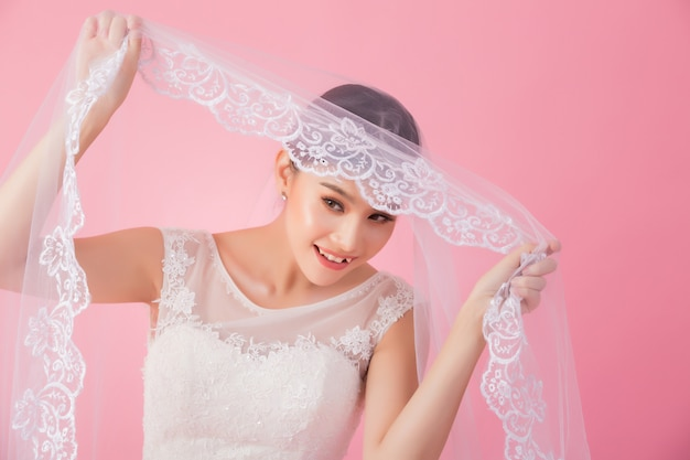 Красивый азиатский портрет невесты в розовом