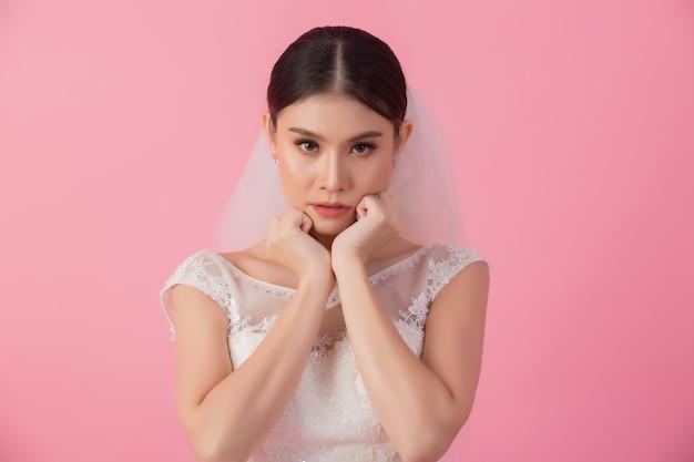 ピンクの美しいアジアの花嫁の肖像画