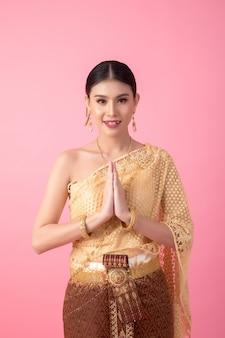 古代のタイのドレスを着ている女性