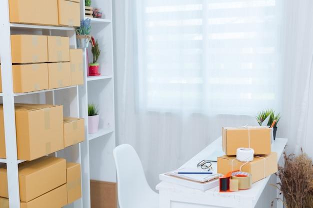 Владелец бизнеса, работающий на дому офис упаковки